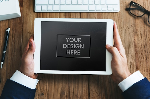 Empresário olhando para maquete de tablet