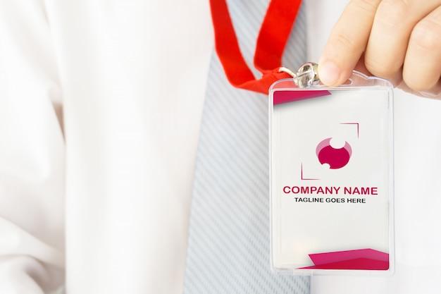 Empresário, segurando a maquete do cartão de identificação