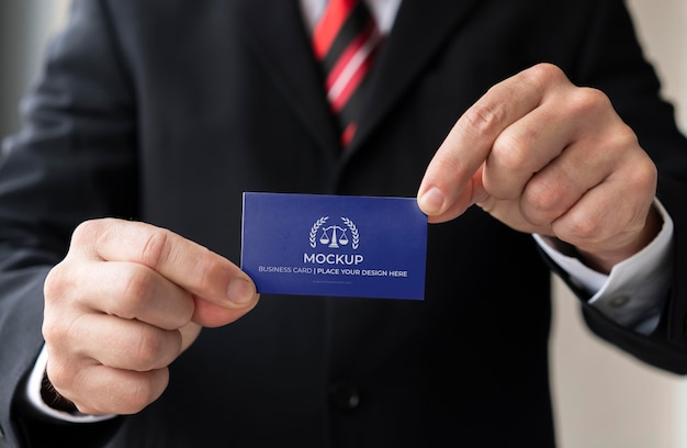 Empresário segurando modelo de cartão de visita com as duas mãos