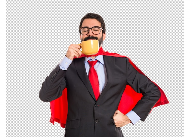 Empresário vestido de super-herói bebendo café
