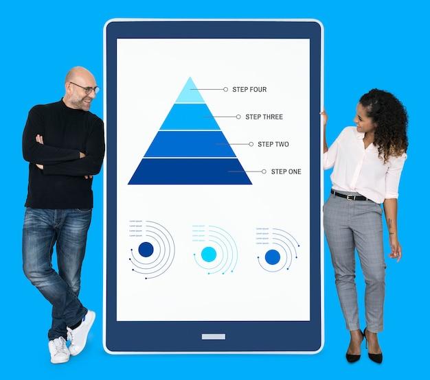 Empresários apresentando etapas de trabalho por um gráfico de pirâmide