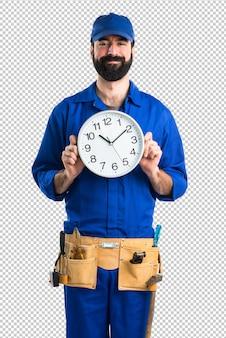 Encanador segurando o relógio