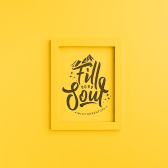 Encha sua alma com aventura, lettering no quadro amarelo