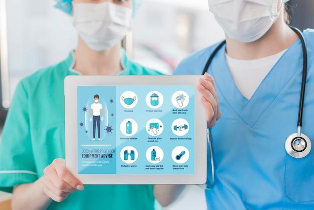 Enfermeiras segurando o tablet com instruções