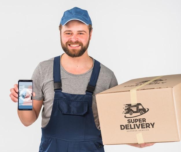 Entregador segurando maquete de smartphone para o dia do trabalho