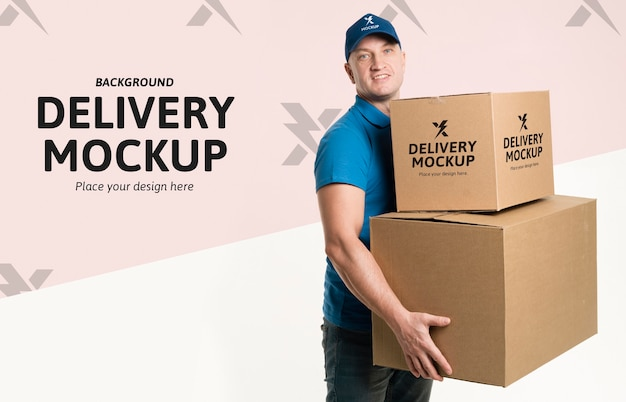 Entregador segurando um monte de caixas com modelo de fundo