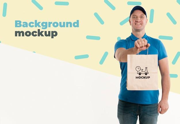 Entregador segurando uma sacola de compras