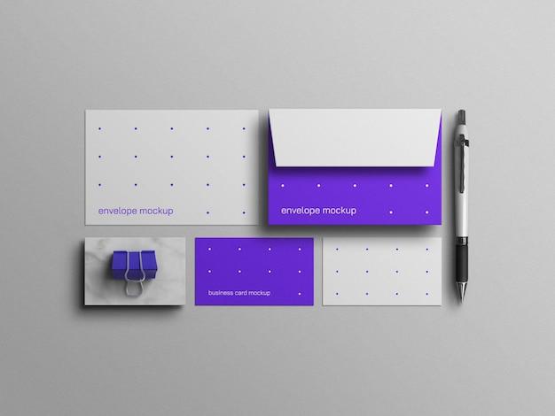 Envelope azul mínimo com modelo de cartão de visita