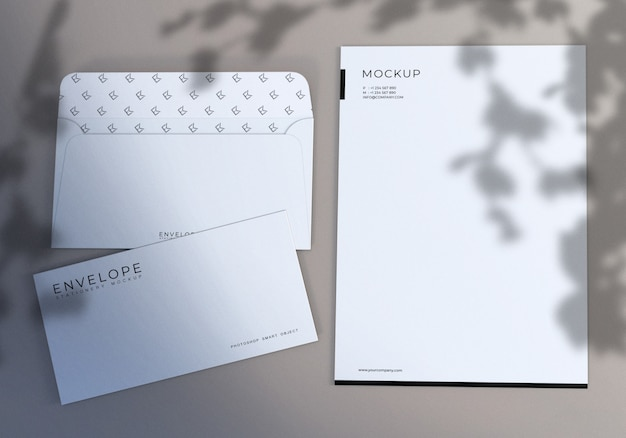 Envelope branco minimalista e papel timbrado conjunto maquete