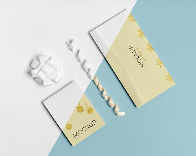 Envelope com cartão de convite com fitas brancas