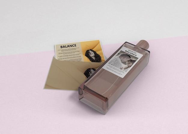 Envelope com descrição de perfume na mesa