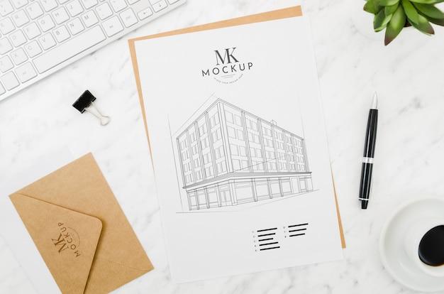 Envelope com maquete de arquitetura ao ar livre