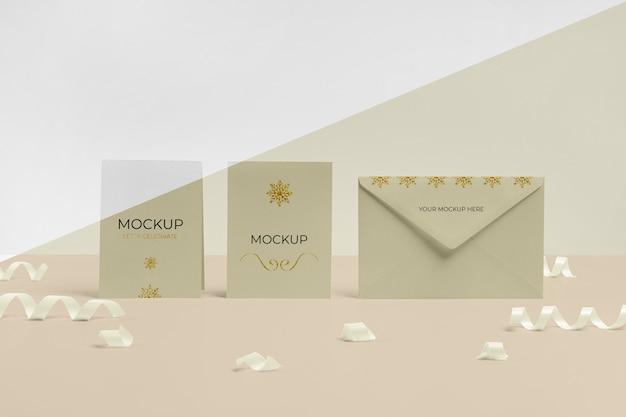 Envelope com maquete de cartão de convite vista frontal