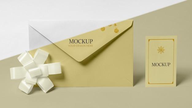 Envelope com vista frontal do cartão de convite