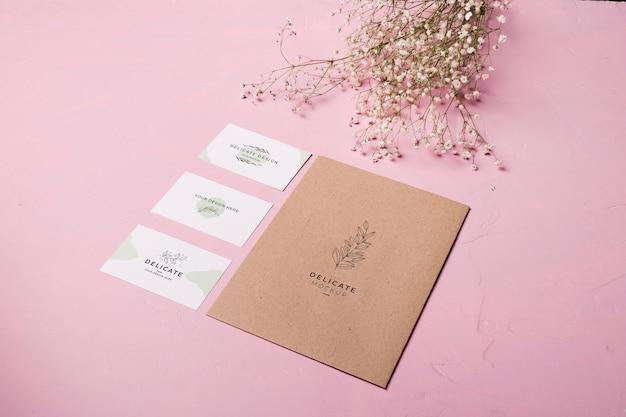 Envelope de alto ângulo e composição de flores