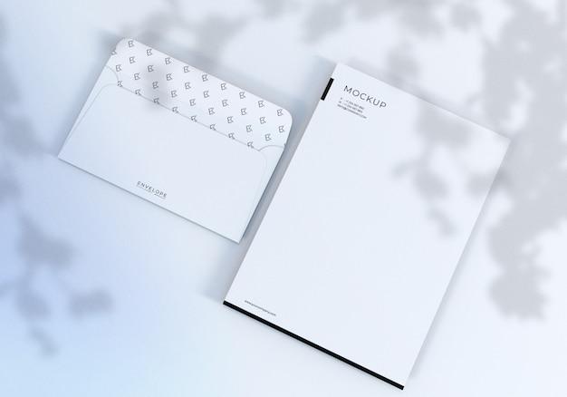 Envelope de monarca branco limpo realista e maquete de papel timbrado