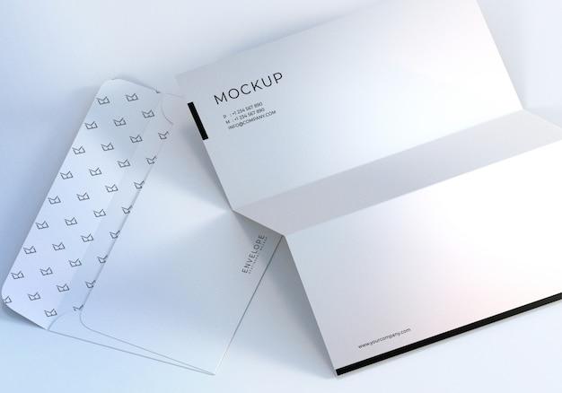 Envelope de monarca closeup e maquete de design de papel timbrado