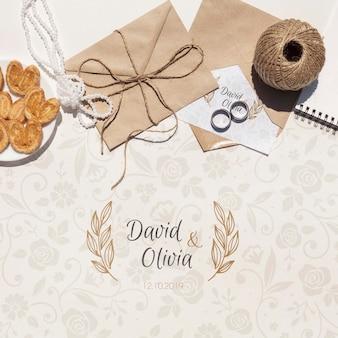 Envelope de papel de casamento com anéis de capina