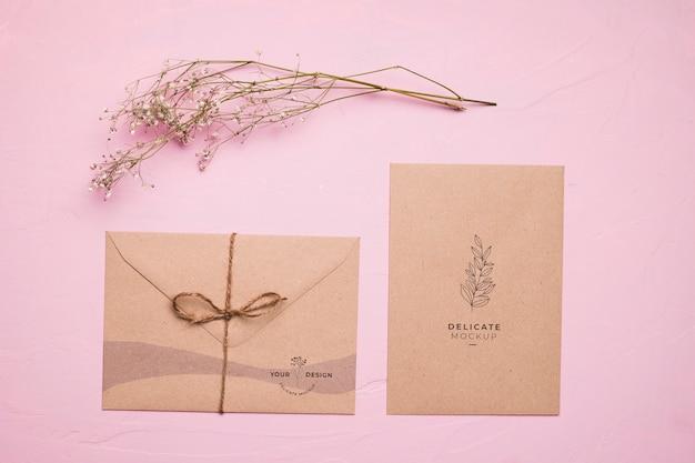 Envelope de vista superior com flor