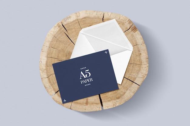 Envelope e cartão de felicitações na maquete de paleta de madeira