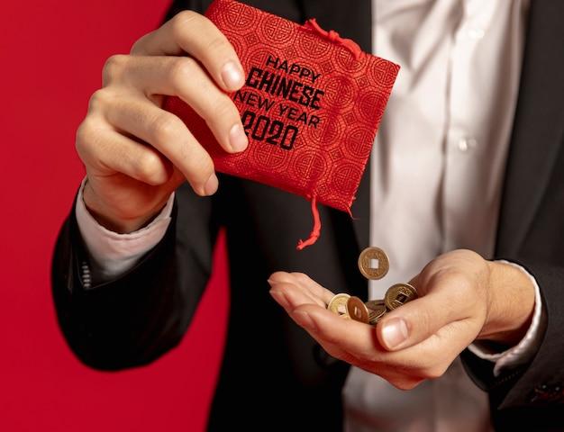 Envelope vermelho de close-up com dinheiro