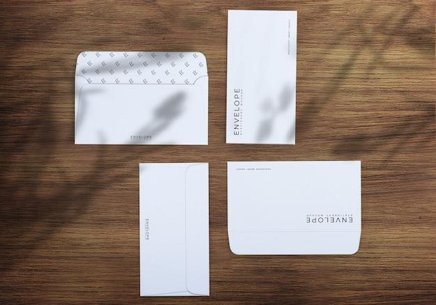 Envelopes abertos e fechados na mesa de madeira com sombras