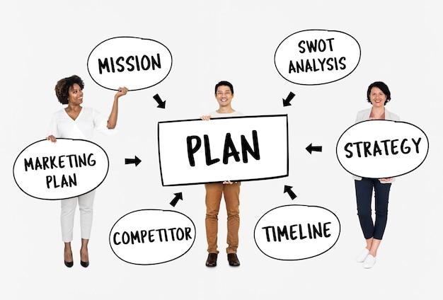 Equipe diversificada com um plano de negócios