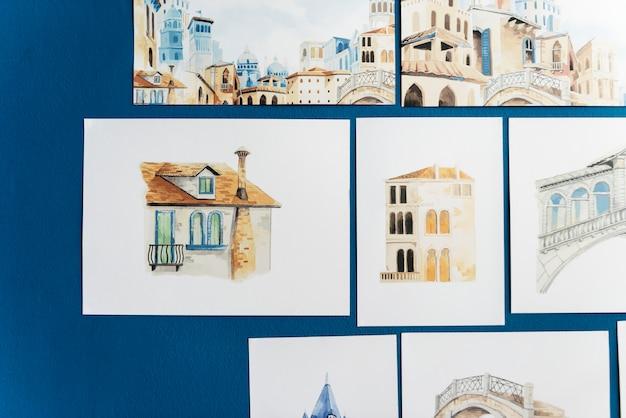 Esboços de mão desenhada em uma parede azul