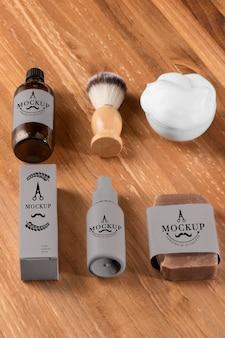 Escova e espuma de produtos de barbearia de alto ângulo