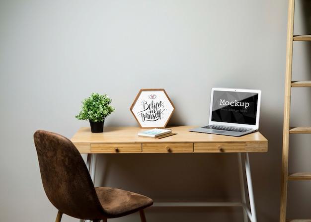 Escritório com laptop e escada