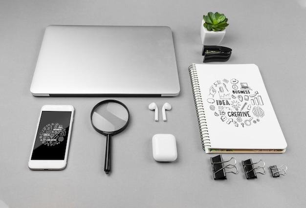 Escritório de mesa com dispositivos modernos
