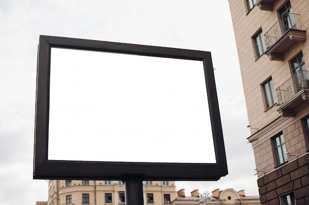 Escudo grande para publicidade externa, instalado ao longo de rodovias, ruas e locais movimentados