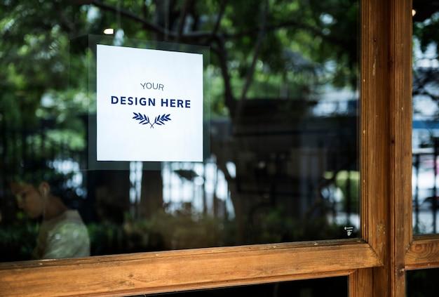 Espaço de design em um sinal de janela de vidro