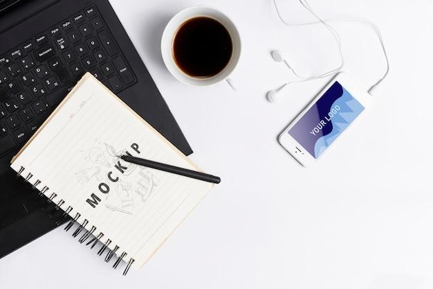 Espaço de trabalho com dispositivos eletrônicos modernos