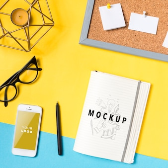 Espaço de trabalho com folha de papel e telefone