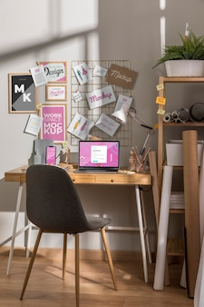 Espaço de trabalho com maquete de laptop
