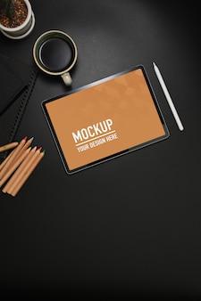Espaço de trabalho com maquete de tablet, lápis de cor e xícara de café