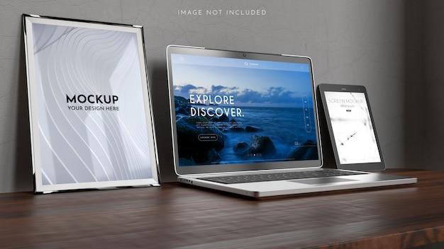 Espaço de trabalho com um computador portátil, cartazes, maquete de quadros