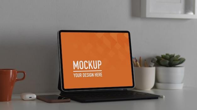 Espaço de trabalho confortável com tablet de tela de maquete e material de escritório