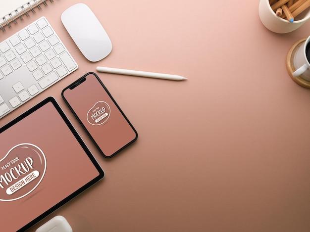 Espaço de trabalho criativo e plano com maquete de tablet
