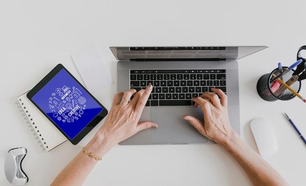 Espaço de trabalho de mulher com dispositivos eletrônicos