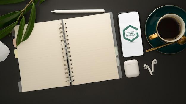Espaço de trabalho elegante com maquete de smartphone, material de escritório e xícara de café
