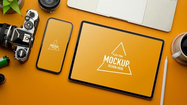 Espaço de trabalho plano e elegante com maquete de tablet e smartphone