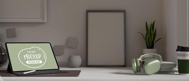 Espaço de trabalho portátil com maquete de tablet digital