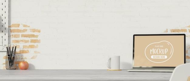 Espaço de trabalho simples com lápis de caneca de laptop e espaço de cópia na mesa com fundo de parede de tijolos