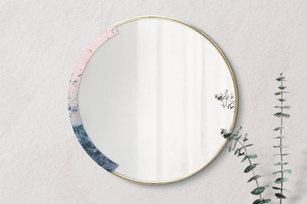Espelho emoldurado em mármore em uma maquete de parede bege
