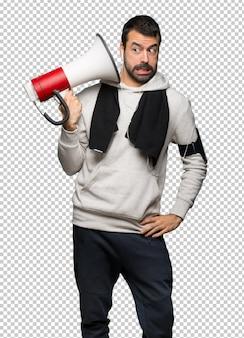 Esporte homem levando um megafone que faz muito barulho