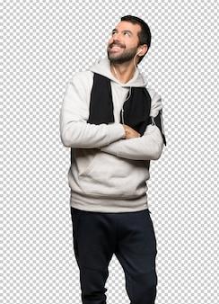Esporte homem olhando para cima enquanto sorrindo