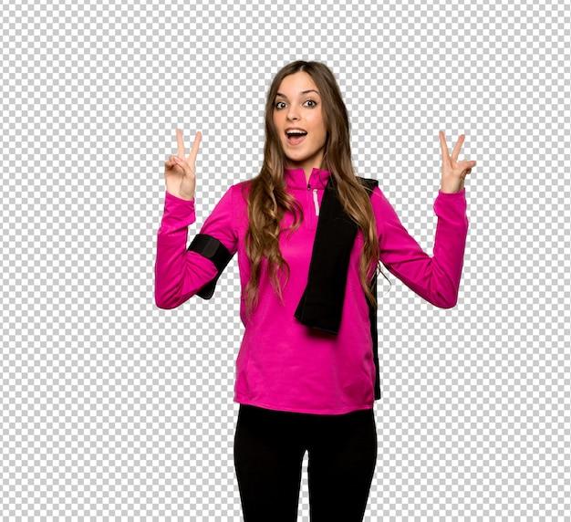 Esporte jovem mulher sorrindo e mostrando sinal de vitória com as duas mãos