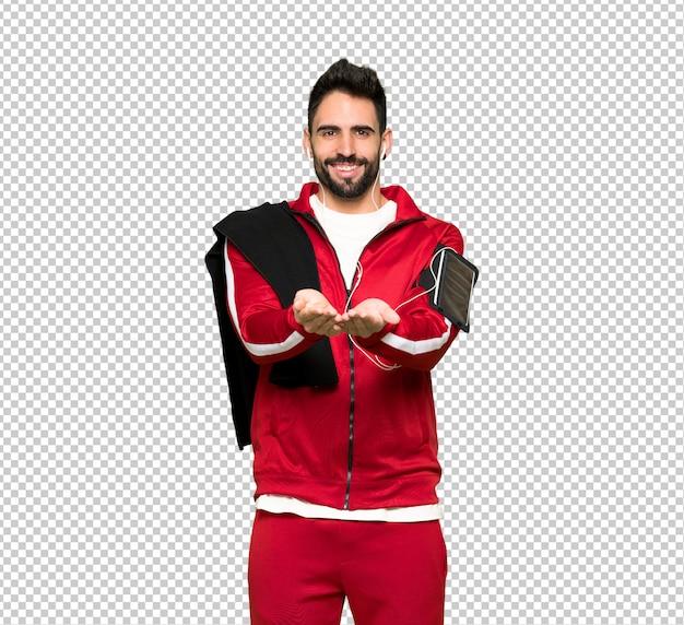 Esportista bonita segurando copyspace imaginário na palma da mão para inserir um anúncio